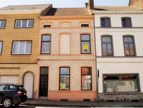 Deze uItzonderlijke belle époque woning met behoud van zijn oorspronkelijke elementen,  bevindt zich in de stadskern , op ,wandelafstand van wi