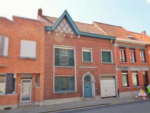 Kom en ontdek deze prachtig, ruime burgerwoning gelegen in het centrum van Wevelgem. Bestaande uit inkom, ruime woonkamer, veranda en garage. Boven zi