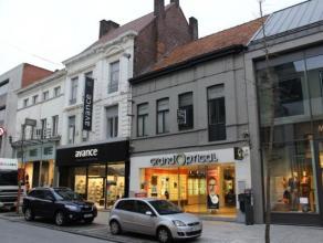 Zeer ruim handelspand met grote etalage langs de Ooststraat te Roeselare. Met zijn 225m² biedt dit handelspand uitstekende mogelijkheden voor elk