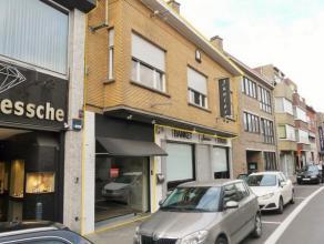 Leuk handelspand met woonst op een goed zichtbare ligging in de winkelstraat van Avelgem. Ideaal dienstig als gezellige detailhandel. Boven het handel