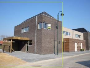 Deze nieuwbouwwoning - eerste gebruik - halfopen bebouwing - in hedendaagse moderne architectuur is centraal gelegen te Waregem. Het centrum met tal v