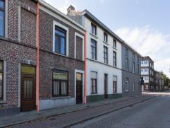 Deze woning is gelegen op een centrale ligging nabij UZ Gent en het St-Pietersstation. De woning werd afgelopen jaren gerenoveerd en is oa. voorzien v