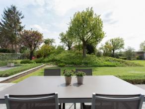 Lichtrijke villa met een hedendaagse architectuur. Gelegen nabij het centrum van Baarle-Drongen, de E40, winkels en de natuur eromheen Deze ruime woni