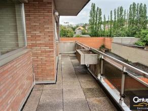Spacieux et lumineux appartement de 130m² . Situé à quelque pas de la gare de Tubize (15 minutes de Bruxelles) et proche de toutes