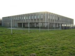 Surfaces dans un immeuble polyvalent de plus de 17.000m², situé le long de la E42 dans un des zoning de Fleurus. Toutes possibilité
