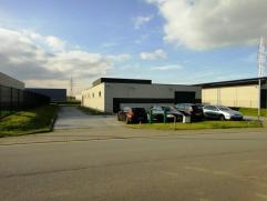 Entrepôt + bureaux idéalement situé dans le zoning industriel de Fleurus. Accès aisé aux autoroutes E42 et A54. Prox