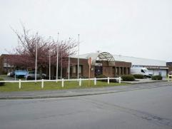 Situé dans le zoning de Fleurus-Farciennes, bon immeuble offrant espace de bureaux de standing, et bel entrepôt. Accès direct vers