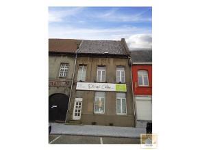 Maison d'habitation (partie commerciale possible) avec cour située sur la Grand'Place de Chièvres. Proche de toutes les commodité