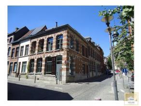 Superbe maison montoise totalement et parfaitement rénovée (2012) avec goût en centre-ville. Finitions remarquables, lumineuse, al