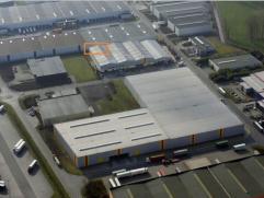 Het magazijn is opgebouwd uit een staalstructuur, bekleed met betonnen panelen. Het pand uitgerust met een gelijkvloerse poort.Belangrijkste feiten va