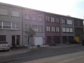 Zonnige Bel-Etage woning te koop in een rustige woonwijk nabij winkels, banken en autosnelwegen..De woning bestaat uit: op het gelijkvloers: een ruime