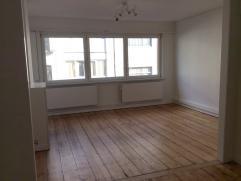 Ruim en zonnig appartement met 2 kamers te huur midden in de stad. Het appartement is volledig vernieuwd, geschilderd en gekuist. Het appartement is g