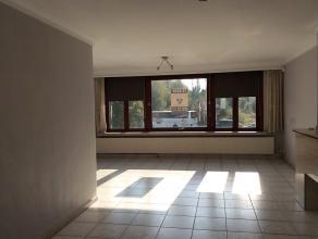 Ruim en verzorgde woning met 6 slpk, tuin, terras en magazijn. De woning heeft op de 1e verdieping een ruime en zonnige woonkamer in L-vorm (5.60 x8.5