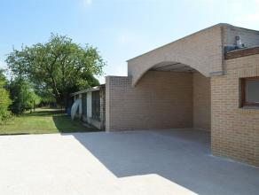 Grande maison d'habitation avec garage située dans la ville d'Herseaux, son rez-de-chaussée très lumineux dispose d'un beau livin