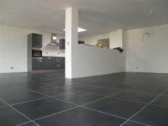 """Appartement NEUF de type """" basse énergie """", situé à HERSEAUX, libre pour mi octobre. Spacieux hall d'entrée, wc ind&eacute"""