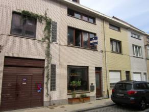 Deze op te frissen woning bevindt zich in een zijstraat van de Brusselsesteenweg, op 1 km van het stadscentrum, nabij tram- en bushaltes, supermarkt e