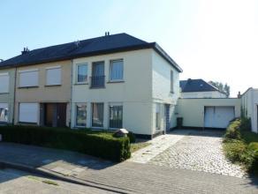 Topo-Immo biedt deze knusse op te frissen woning aan met zijn uitstekende ligging in een rustige woonwijk, nabij de E40 (500 m) richting Gent en Bruss