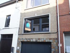 TOPPER!!!!Deze Solide woning bevindt zich op een boogscheut van het centrum in Ninove. De woning is volledig opgebouwd uit beton, bestaat uit een voll