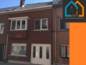 Deze ruime woning is gelegen nabij het centrum van Aalst. Het bestaat op het gelijkvloers uit een inkomhal, leefruimte, bureau, keuken, toilet en ber