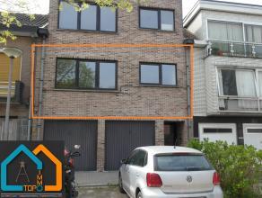 Dit ruime appartement (115 m² bewoonbare oppervlakte) is rustig gelegen aan de stadsrand van Aalst. Het is gelegen op de eerste verdieping in ee