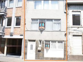 In het centrum van Ninove bevindt zich deze solide woning op een perceel van 6a57ca. Winkels, scholen, park en belangrijke uitvalswegen bevinden zich