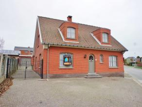 Nabij het centrum in Appelterre bevindt zich deze solide, instapklare woning op een perceel van 6a63ca. Winkel, scholen en het station van Appelterre