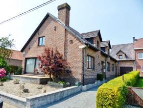 Op een uitstekende rustige locatie in Outer bevindt zich deze charmante ruime woning. Het centrum van Ninove bevindt zich op 2.5 km, de belangrijke in