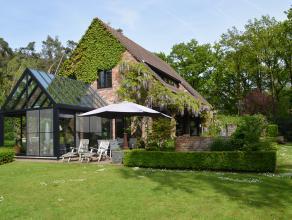 Gelegen in een oase van rust en omgeven door bos en groen, ligt deze prestigieuze villa helemaal afgelegen in het park, 100% privacy gegarandeerd. De