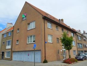 Dit appartement is gelegen op de 2 de verdieping van residentie Fabiola en omvat een inkomhal met trap, toilet, badkamer met ligbad, lavabo, aansluiti