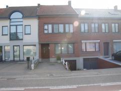 Woning in gesloten bebouwing met 3 slaapkamers op 3a47ca.  Indeling:- Gelijkvloers: Inkomhal met trap naar verdieping + kelder, living, eetplaats, k