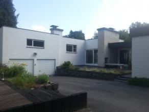Strakke villa op toplocatie in Sint-Niklaas. Rustige residentiële ligging maar toch overal kortbij.Inkom, bureel, wc/vestiaire, grote living met