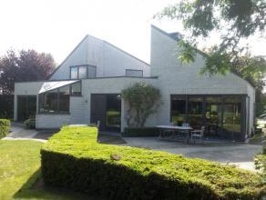 Zeer ruime moderne villa met mooi aangelegde tuin, verwarmd zwembad en verschillende gezellige terrassen.Oprit met automatische poort, dubbele carport