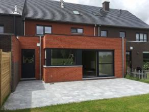 Deze prachtig afgewerkte woning met uitzicht op velden ligt aan de rand van Sint-Niklaas.Inkomhal met gastentoilet, ruime living met open keuken en ve