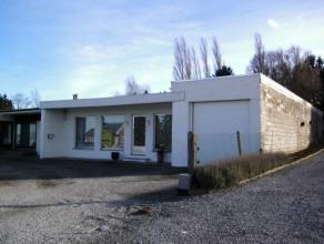Bungalow bestaande uit; Living-  Keuken met ijskast, gas kookfornuis,dampkap, gootsteen -Nachtgang - Badkamer met bad en lavabo -apart Toilet - Waspl