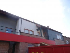Ruim duplex appartement dicht bij het centrum van Tienen.<br /> Dit appartement bevat:<br /> glv: een hall met toilet een  ruime living met een ge&ium