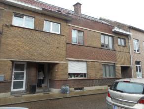 Deze woning  gelegen dichtbij het centrum van Tienen,  bestaat uit:<br /> Gelijkvloers: Ruime inkomhal, living met sierhaard met allesbrander, eetpla