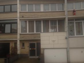 Instapklare bel-étage woning met terras (13,80m²)en trap naar de tuin. Automatische zonnexering. Garage (17,63m²), Ruime inkomhal met