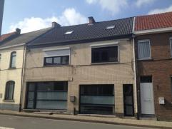 Gezellige, ruime woonst, recent vernieuwd dak, super geïsoleerd, nieuwe ramen in PVC en dubbele beglazing.Geschikt voor vrij beroep. Inkomhall. p