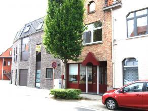 GROTE WONING met 4 slpks en 3 garages in centrum St Kruis Brugge. Totale grond.opp. 255m2. Centrale inkom, grote leefruimte 72m met parketvloer en uit
