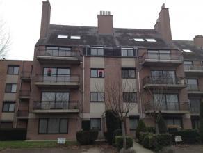 Appartement met 2 slaapkamers op het tweede verdiep, vlakbij de grote ring. Dit appartement werd bijna volledig opnieuw geschilderd en is dus echt ins