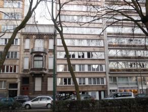 Instapklaar appartement op de 6e verdieping van residentieel gebouw met volgende indeling : <br /> inkomhal, ruime living op parket, nieuwe ingerichte