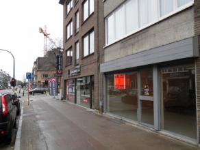 Dit handelspand met een totale oppervlakte van 130 m² is zeer gunstig gelegen pal in het bruisende centrum van Brasschaat, vlakbij de markt. Dit