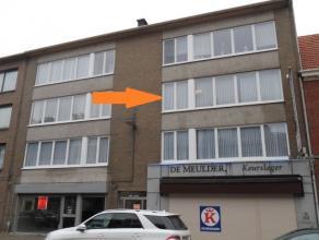 Zeer ruim en licht appartement op 2e verdieping (met lift) in klein gebouw, gelegen pal in centrum van Brasschaat. Indeling : inkomhal met vestiaire,