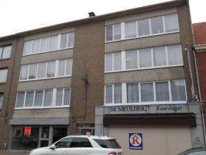 Zeer ruim en licht appartement op 2e verdieping (met lift) in klein gebouw, gelegen pal in centrum van Brasschaat. Indeling : inkomhal, 2 ruime slaapk