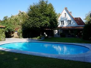 Deze stijlvolle cottage villa met zwembad is gelegen in een zeer rustige straat vlakbij het centrum en het park van Brasschaat.  De living is zeer ru