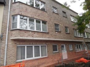 Dit appartement in een klein gebouw is gelegen in een rustige straat op wandelafstand van het centrum van Brasschaat.  Indeling :  Via de inkomhal kom