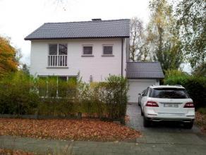 Volledig gerenoveerde villa met mooie tuin en garage gelegen in residentiële kindvriendelijke wijk met volgende indeling :<br /> GLV : inkom met