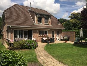 Deze instapklare villa is rustig gelegen in een geliefde omgeving in Kalmthout. De ruime woonkamer met parketvloer en open haard en de open keuken. Op