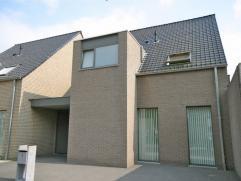 Centraal gelegen en nieuwe, moderne instapklare woning met inpandige garage op een perceel van ruim 202 m. Op het gelijkvloers bevindt zich een inkom