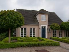 Ruime 3 SLK karakterwoning met leefruimte van 57m² op 992m² nabij centrum Overpelt.  Indeling : ruime inkomhal met vide en apart toilet, ze